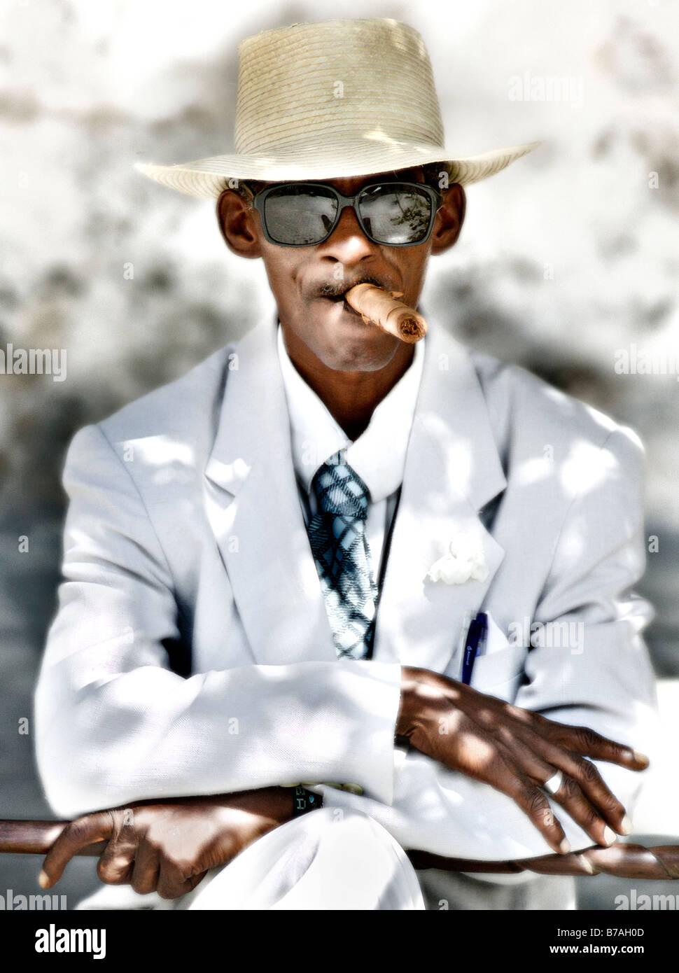 7e37d2fd2 Typical old Cuban man smoking cigar Stock Photo: 21745821 - Alamy