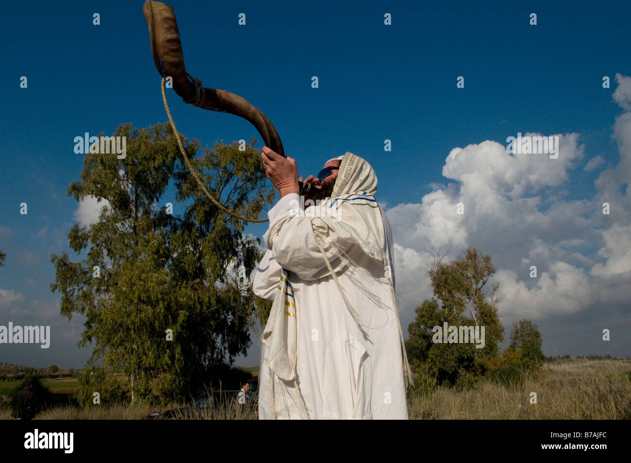 An ultra orthodox religious Jew wrapped with Talit blows the Shofar encouraging IDF troops deployed at the Israeli - Stock Image