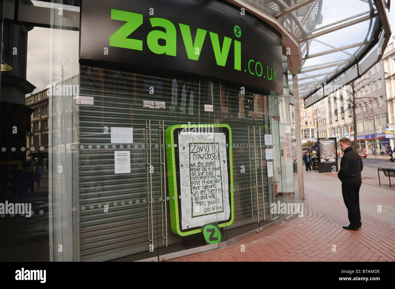 Customer reads closure notices at front door or Zavvi retail store Stock Photo 21748538 - Alamy & Customer reads closure notices at front door or Zavvi retail store ...