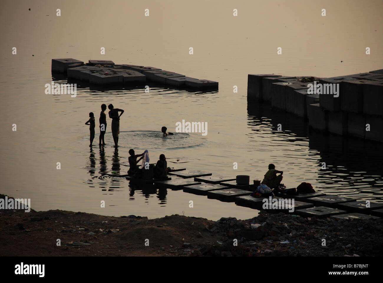 People bathing in the Sabarmati river, Ahmedabad, India. - Stock Image