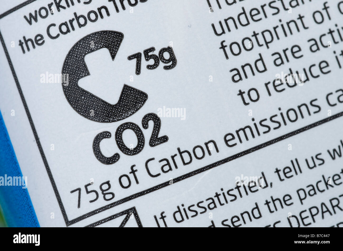 Label showing the amount of CO2 emissions produced in the making of a bag of Walkers crisps England UK - Stock Image