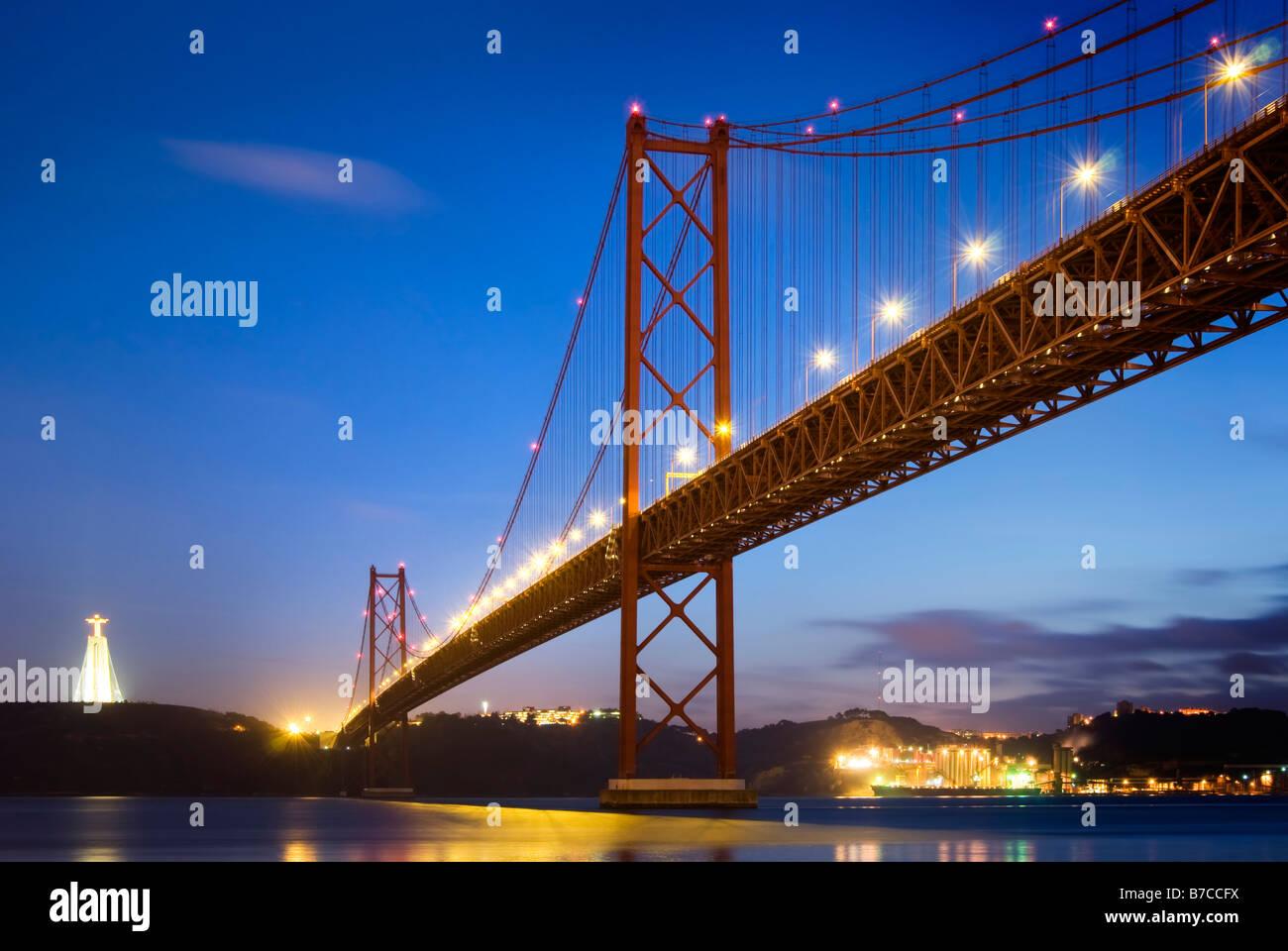 Ponte 25 de Abril in Lisbon at dusk - Stock Image