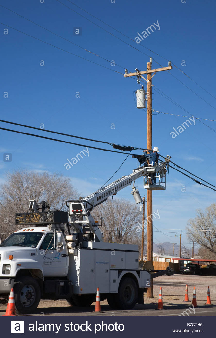 lineman-working-on-telephone-line-from-bucket-on-truck-lift-B7CTH6.jpg