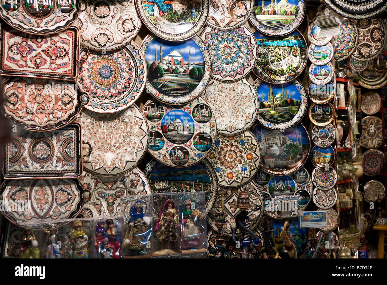 Souvenir plates for sale in Market, Istanbul, Turkey - Stock Image