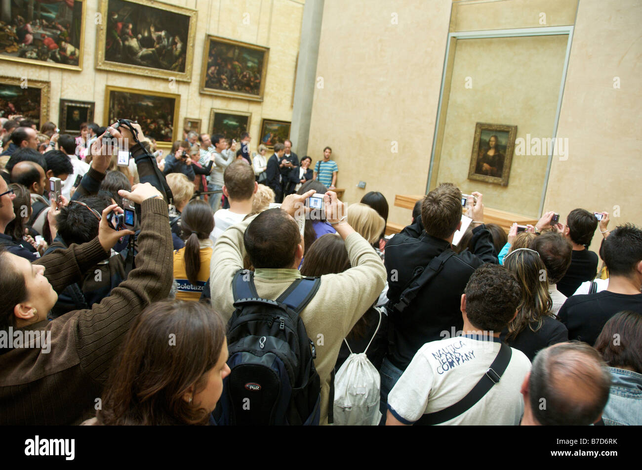 Mona Lisa - Crowd of tourists taking pictures of the painting in the Louvre, Paris, France - Stock Image