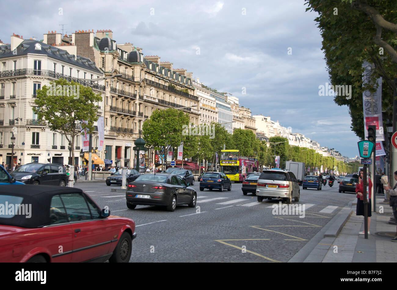 Champs Elysées avenue. Paris street with traffic - Stock Image