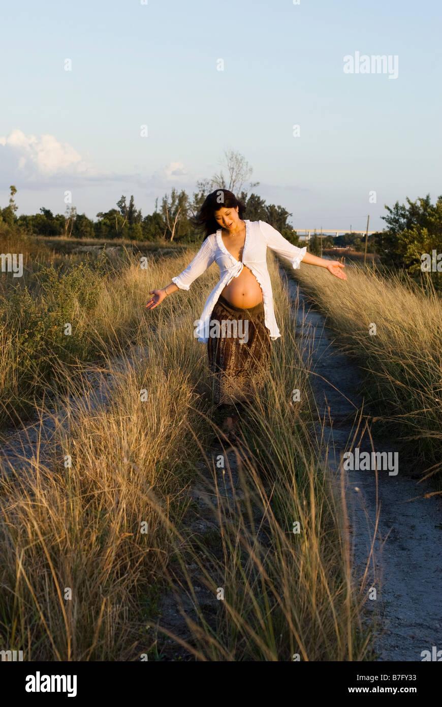 Prenatal Shoot in Everglades, lifestyle portrait - Stock Image