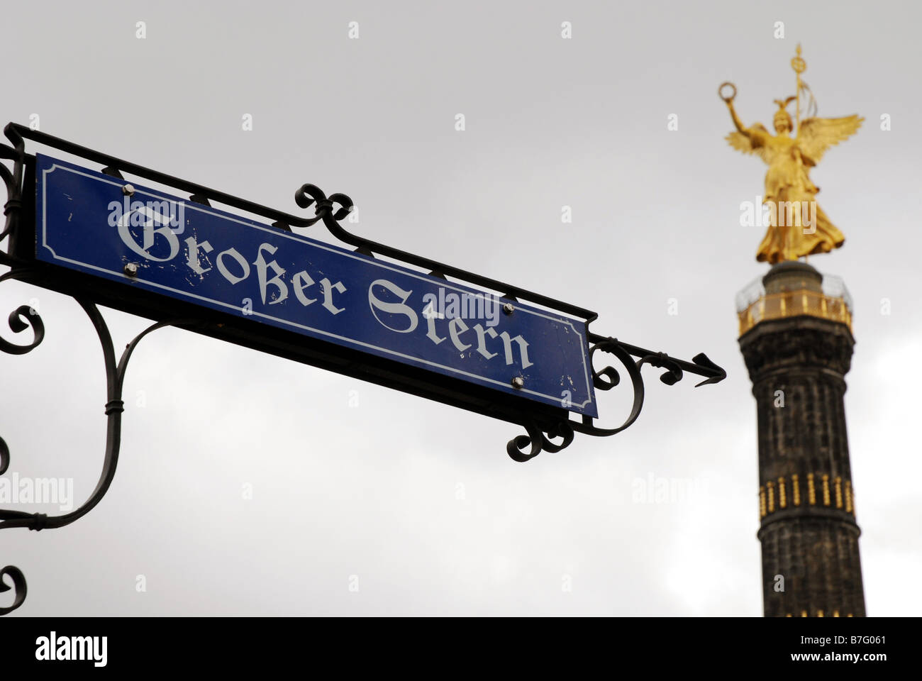 Old fashioned signpost and Triumphal Column in Tiergarten - Stock Image