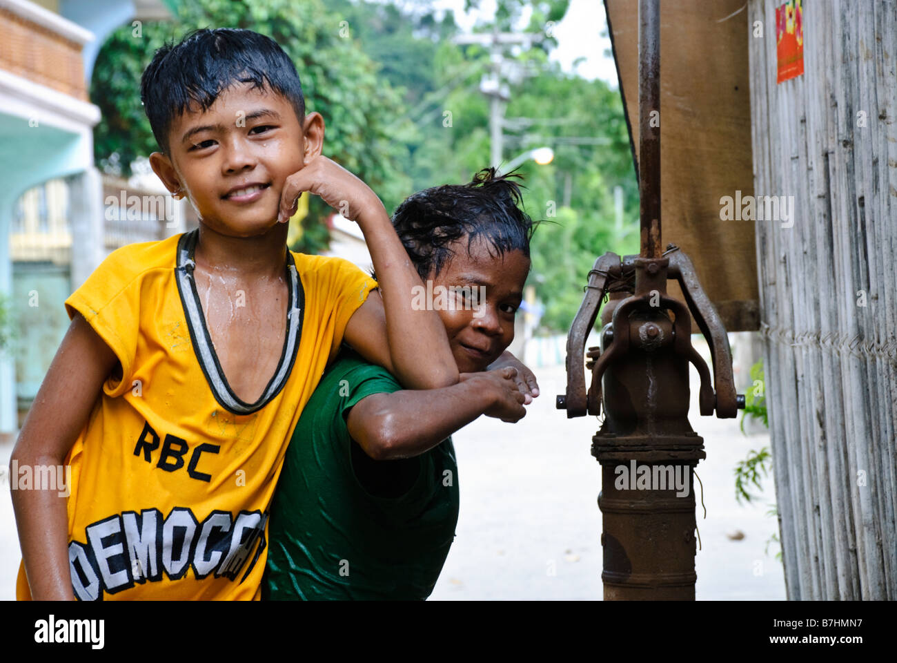 Two children pose for the camera, El Nido, Palawan, Philippines - Stock Image