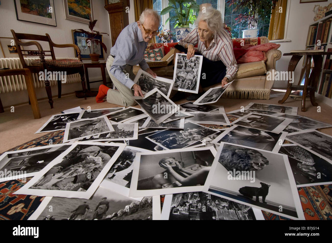 The veteran Picture Post photographers Grace and Thurston Hopkins - Stock Image