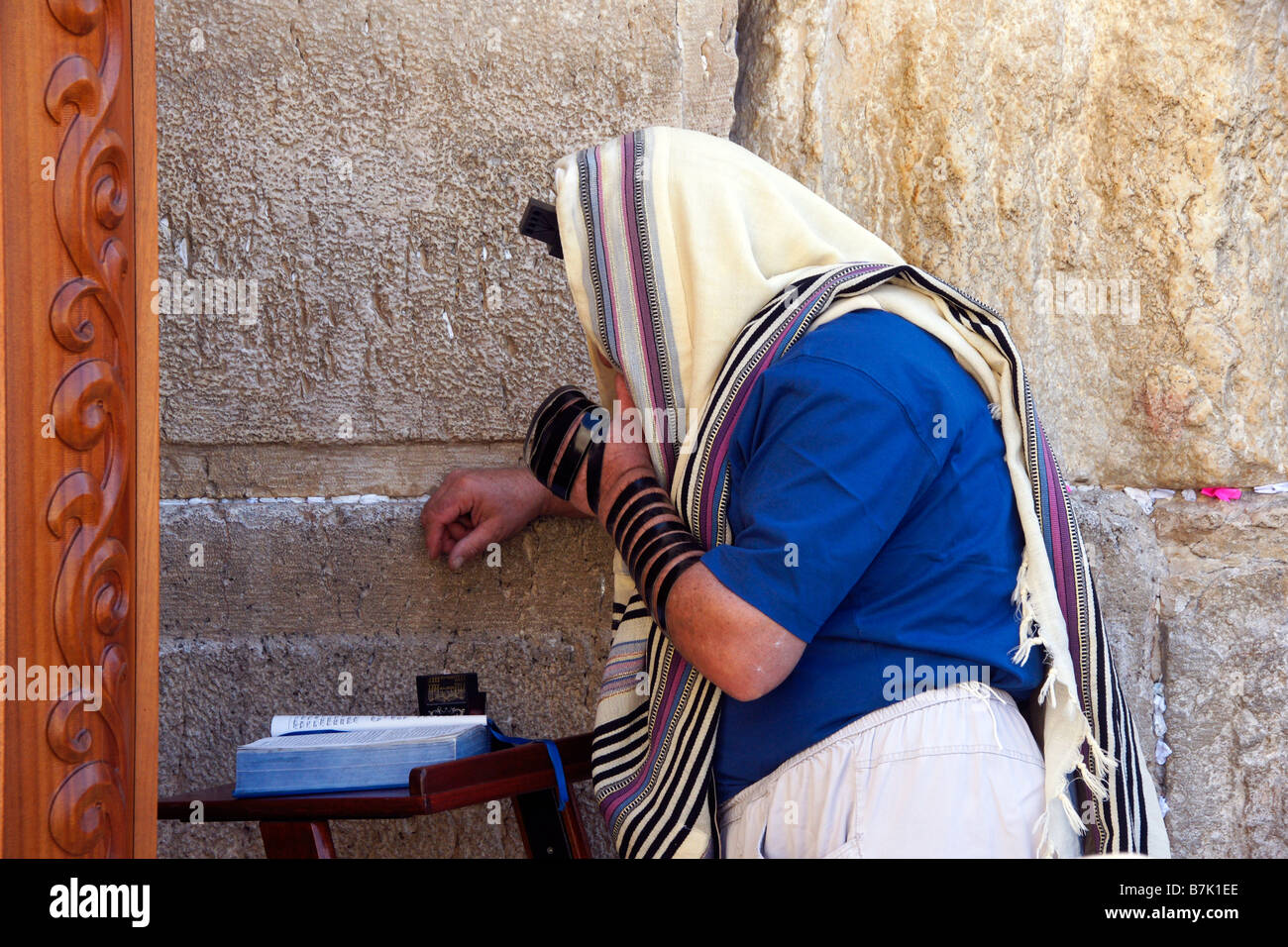 Orthodox Jew praying at the Western Wall in Jerusalem - Stock Image