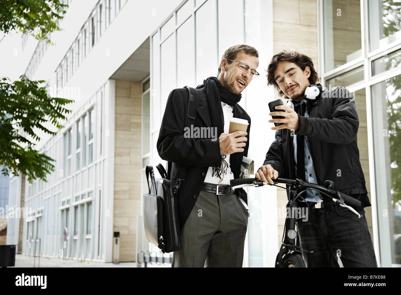 Men next to bicycle, coffee break - Stock Image