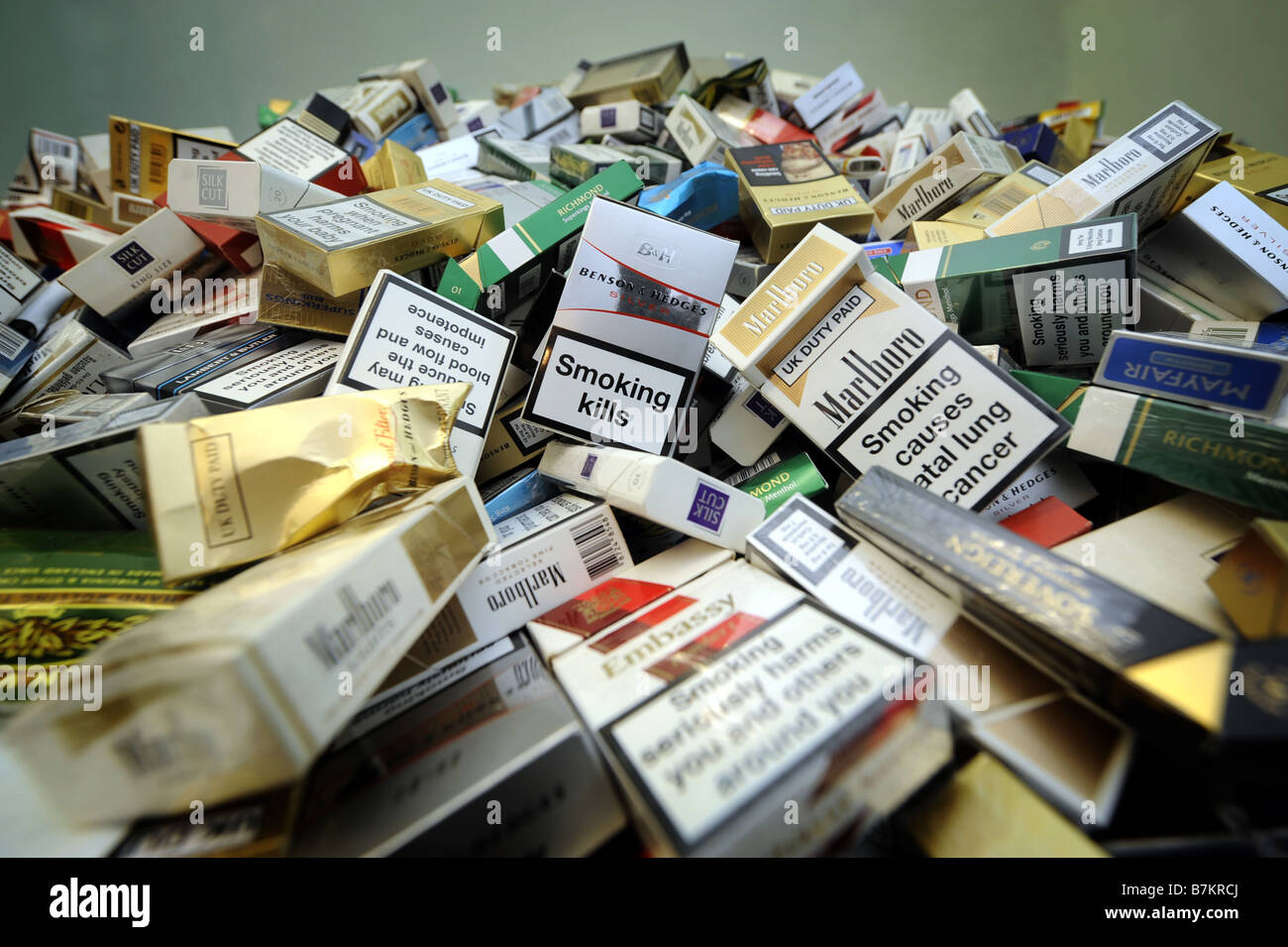 VARIOUS DISGARDED UK  CIGARETTE PACKETS SHOWING WARNING LABELS. - Stock Image