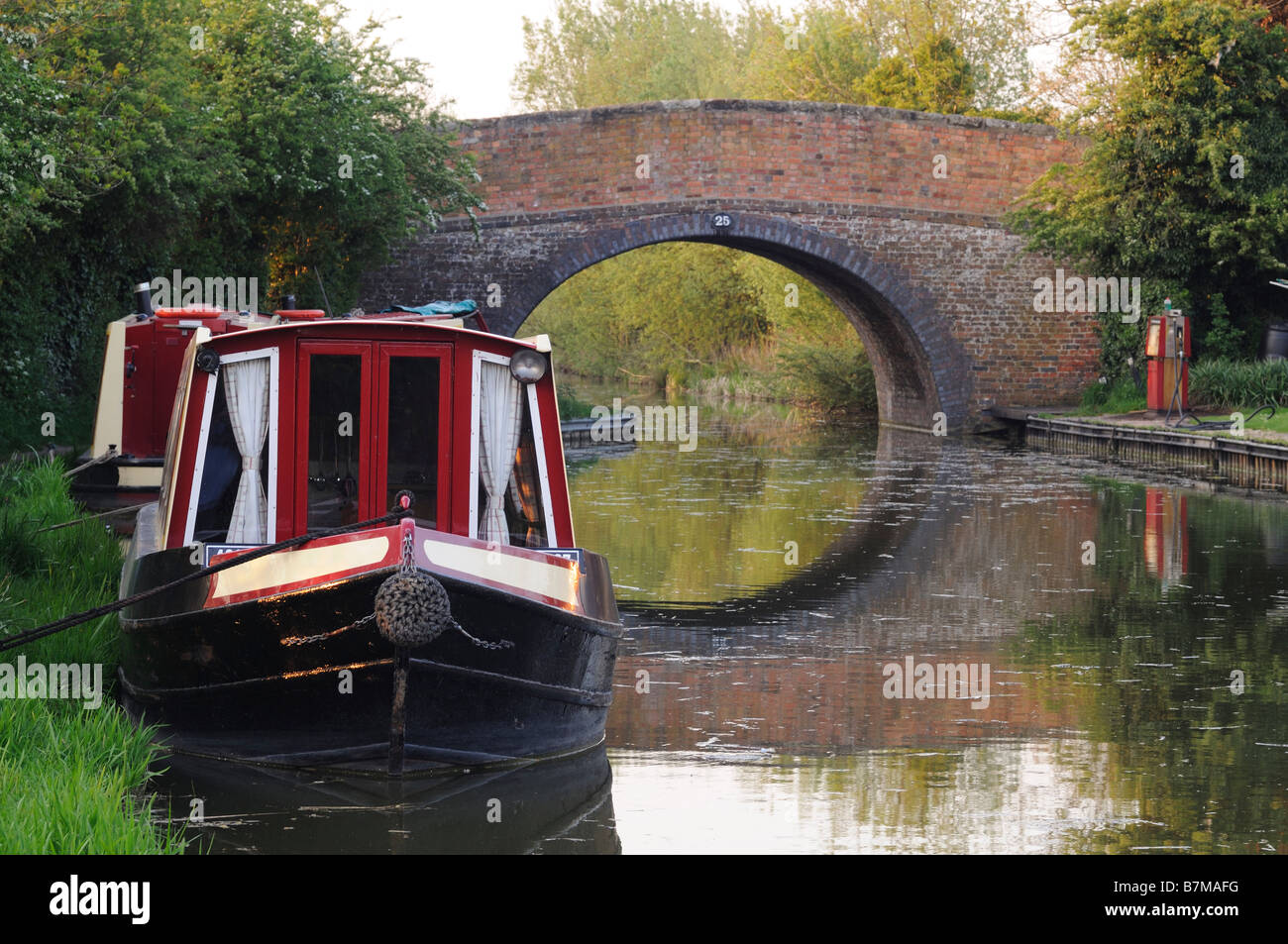 Canal boat moored next to over bridge on the Ashby canal near Market Bosworth - Stock Image