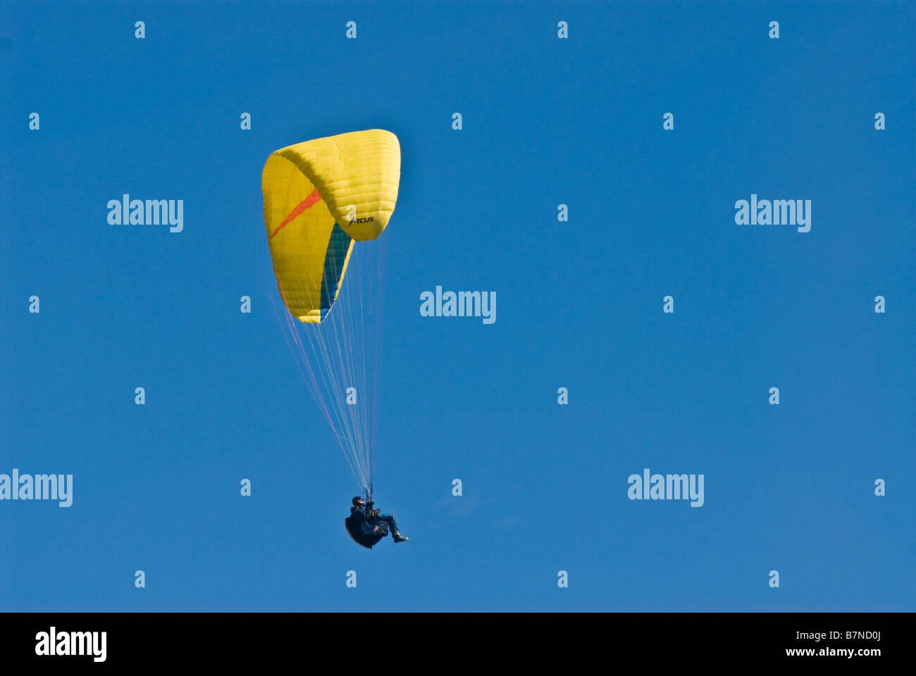 hang glider soaring in sky - Stock Image