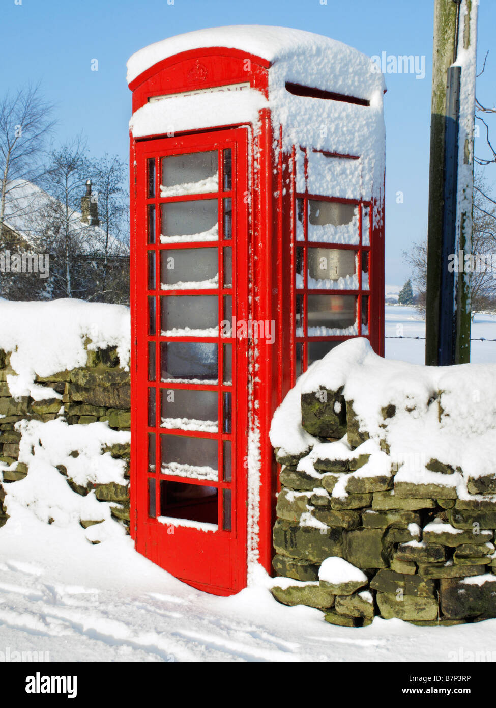 Red Telephone Box in Oldfield near Holmfirth during the February 2009 snowfalls, West Yorkshire, England, United Stock Photo