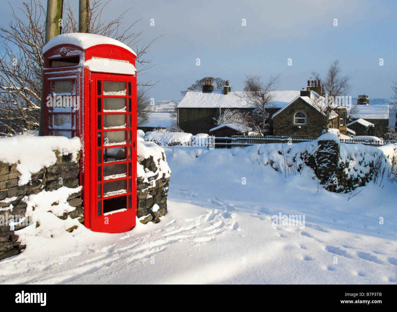 Red Telephone Box in Oldfield near Holmfirth during the February 2009 snowfalls, West Yorkshire, England, United - Stock Image
