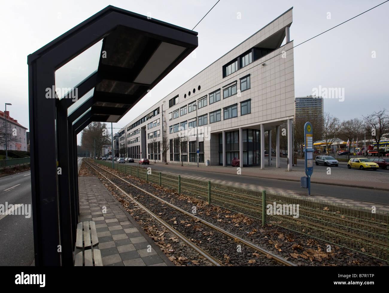 Blick auf Strassenbahnhaltestelle und das Gebäude der Agentur für Arbeit in Mainz - Stock Image