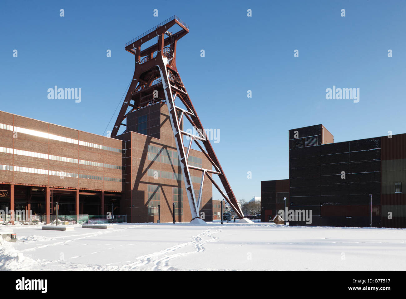 Essen, Zeche Zollverein im Schnee, Zentraler Schacht XII, Förderturm - Stock Image