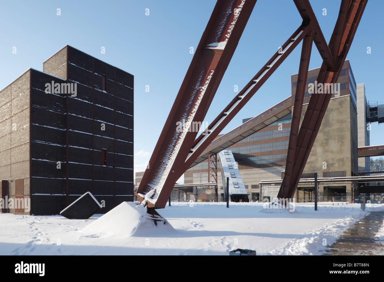 Essen, Zeche Zollverein im Schnee, Zentraler Schacht XII, Förderturm und Kohlenwäsche - Stock Image
