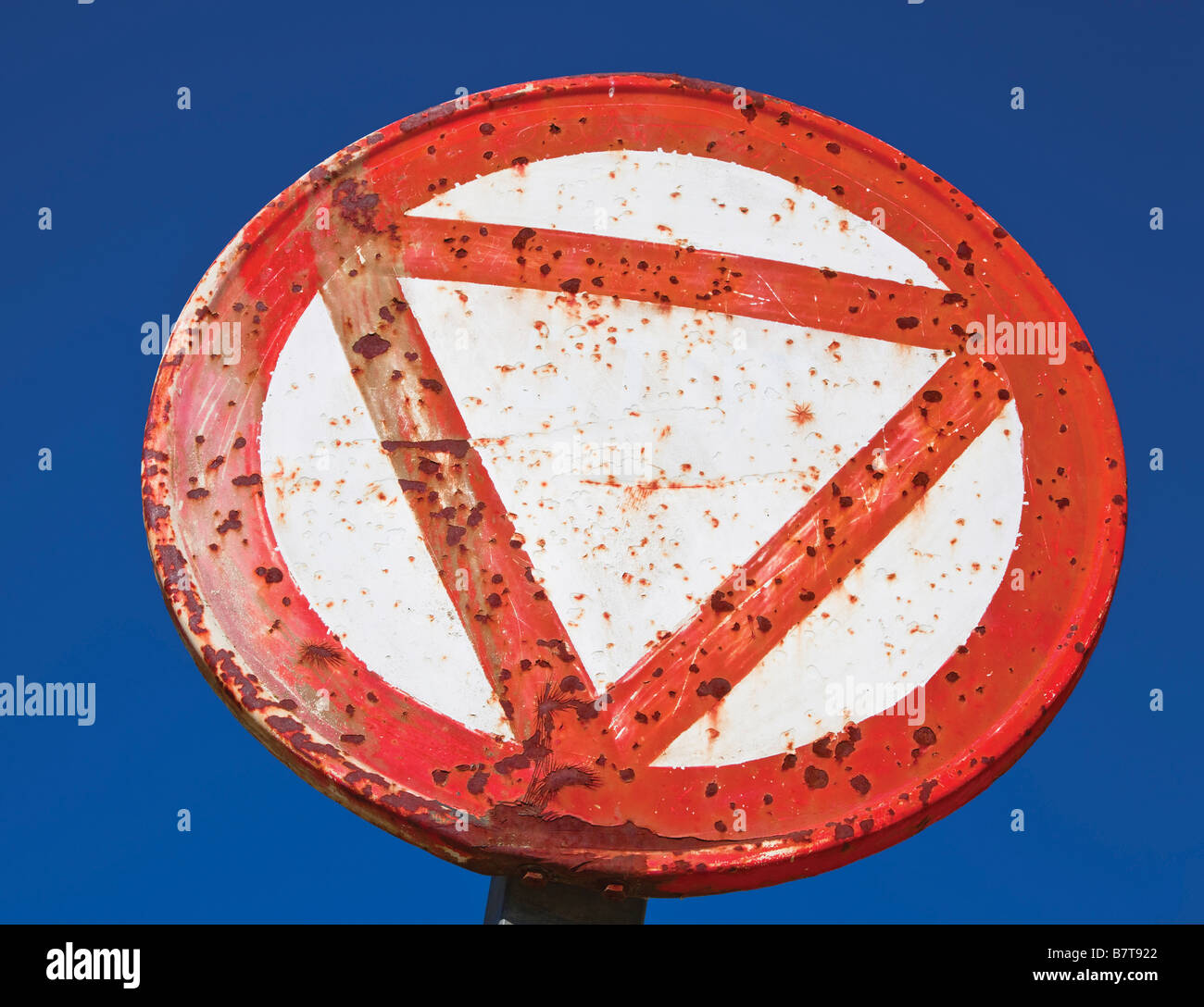 Rusted yield sign - Stock Image