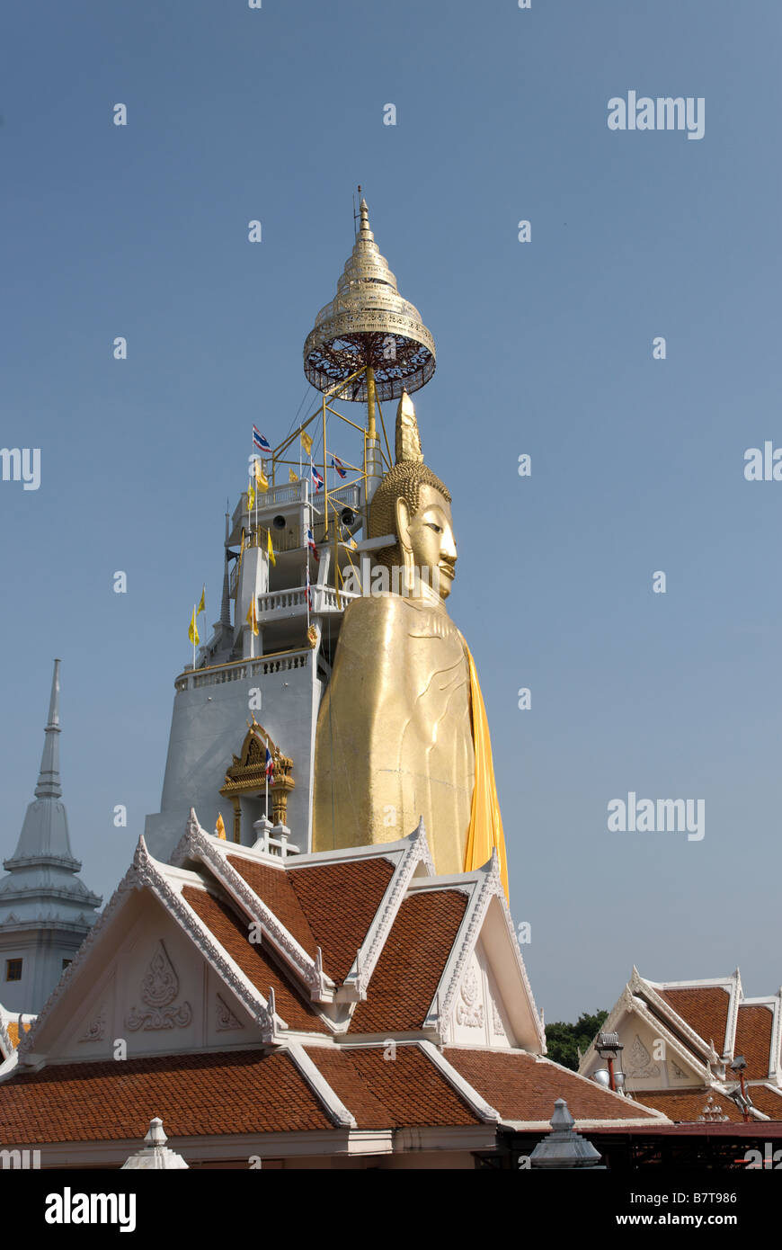 32m golden standing buddha buddhist temple Wat Intharavihan in Dusit district of Bangkok in Thailand - Stock Image