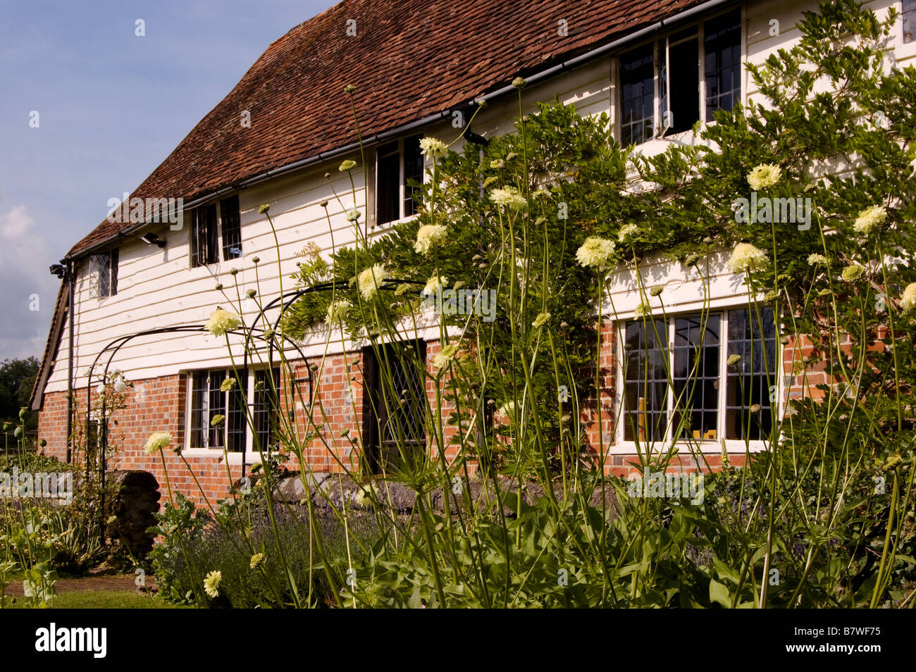 sussex weatherboarded farmhouse - Stock Image