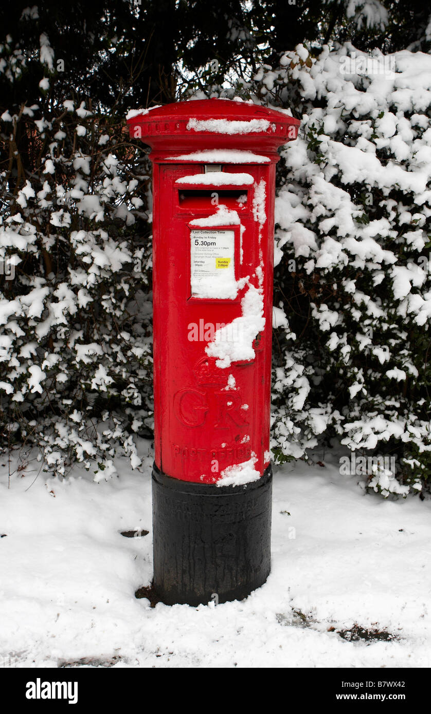 Royal Mail postbox in snow in Worcester on 05 01 09 - Stock Image