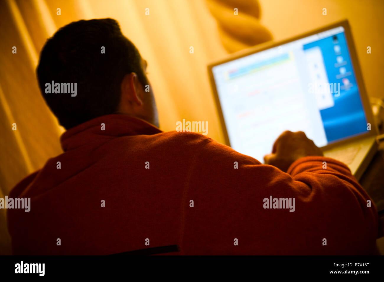 Man using laptop computer - Stock Image