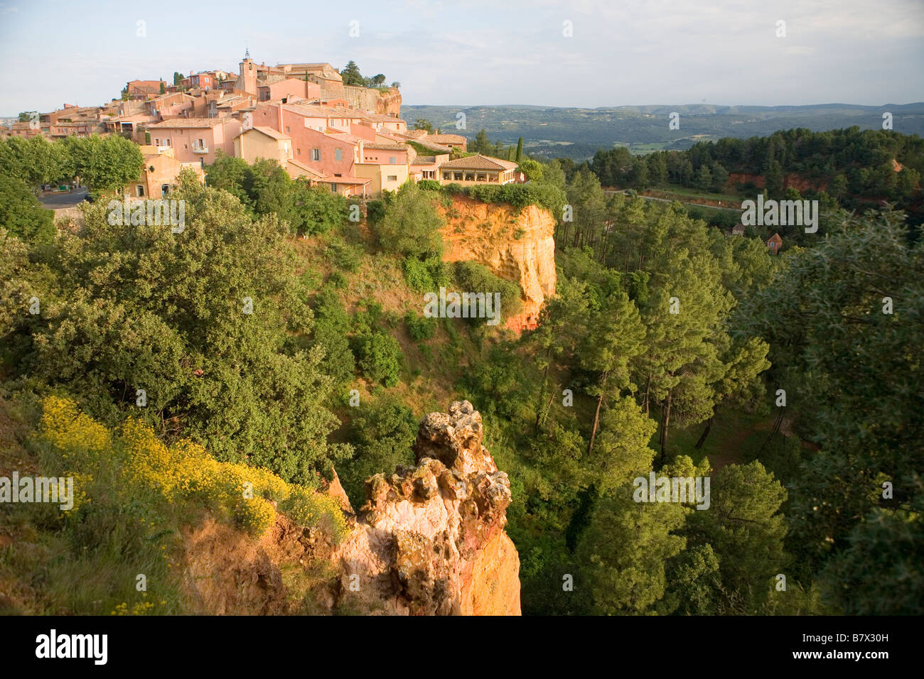 The town of Roussillon set atop ochre cliffs - Stock Image