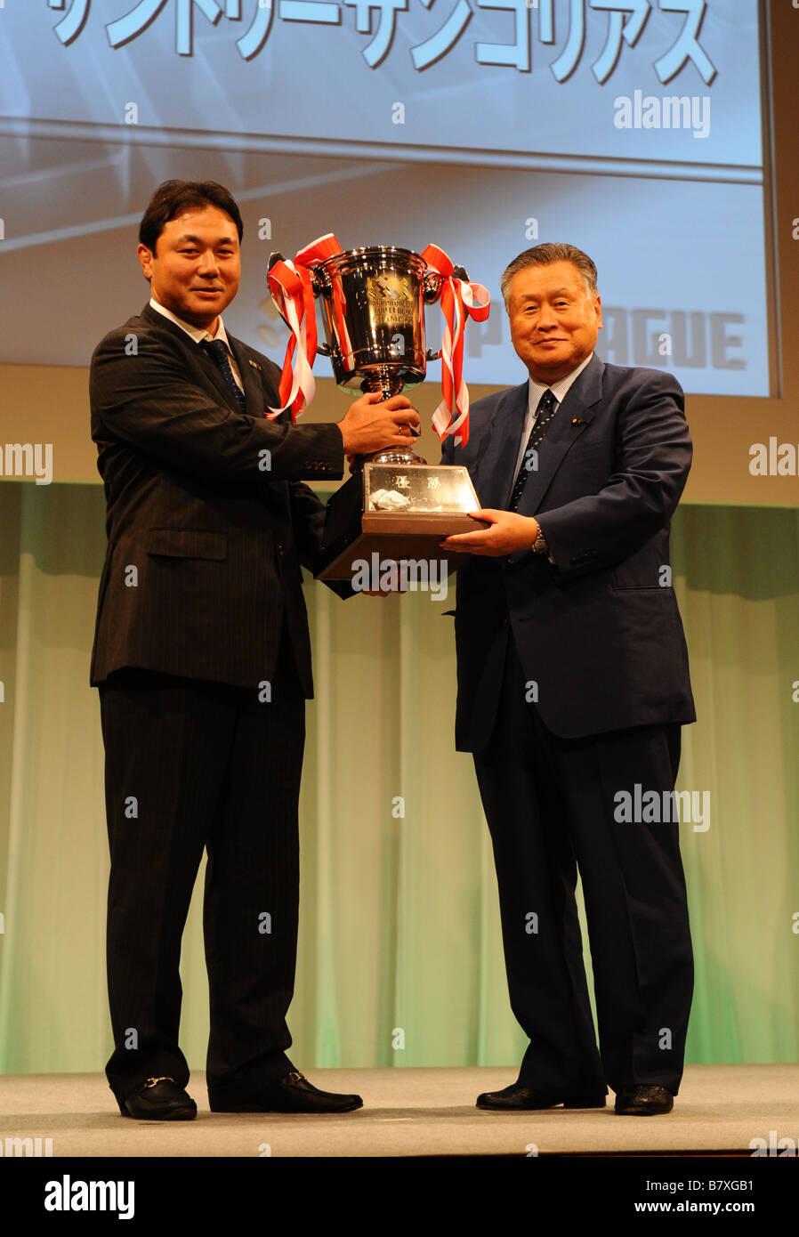 Katsuyuki Kiyomiya SUNTORY Yoshiro Mori President Japan Rugby Football Union AUGUST 29 2005 Rugby Japan Rugby Top - Stock Image