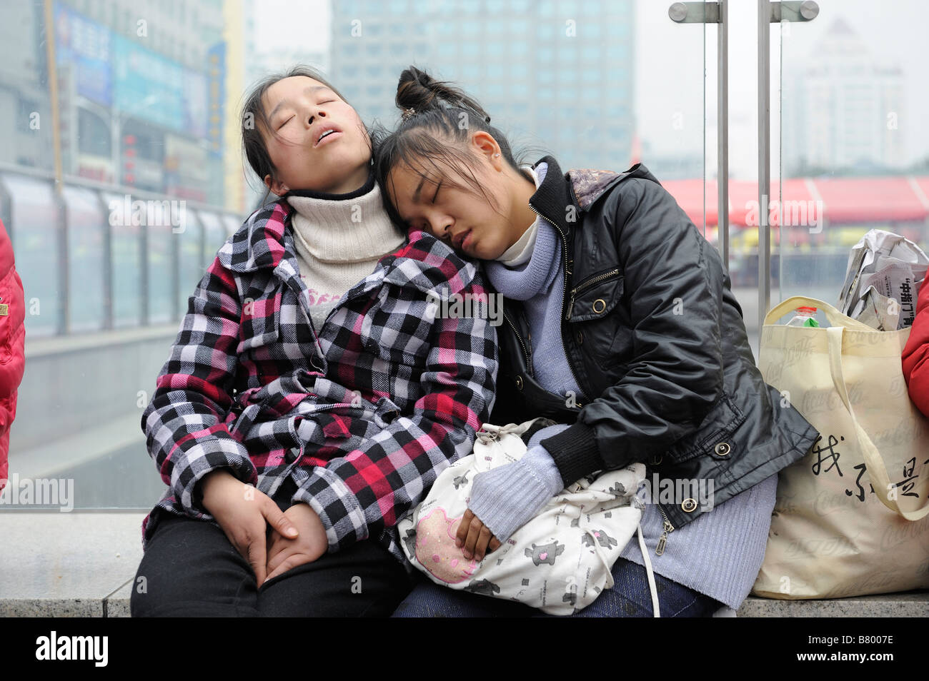 Migrant workers waiting to leave the train station in Nanchang, Jiangxi, China. 05-Feb-2009 - Stock Image
