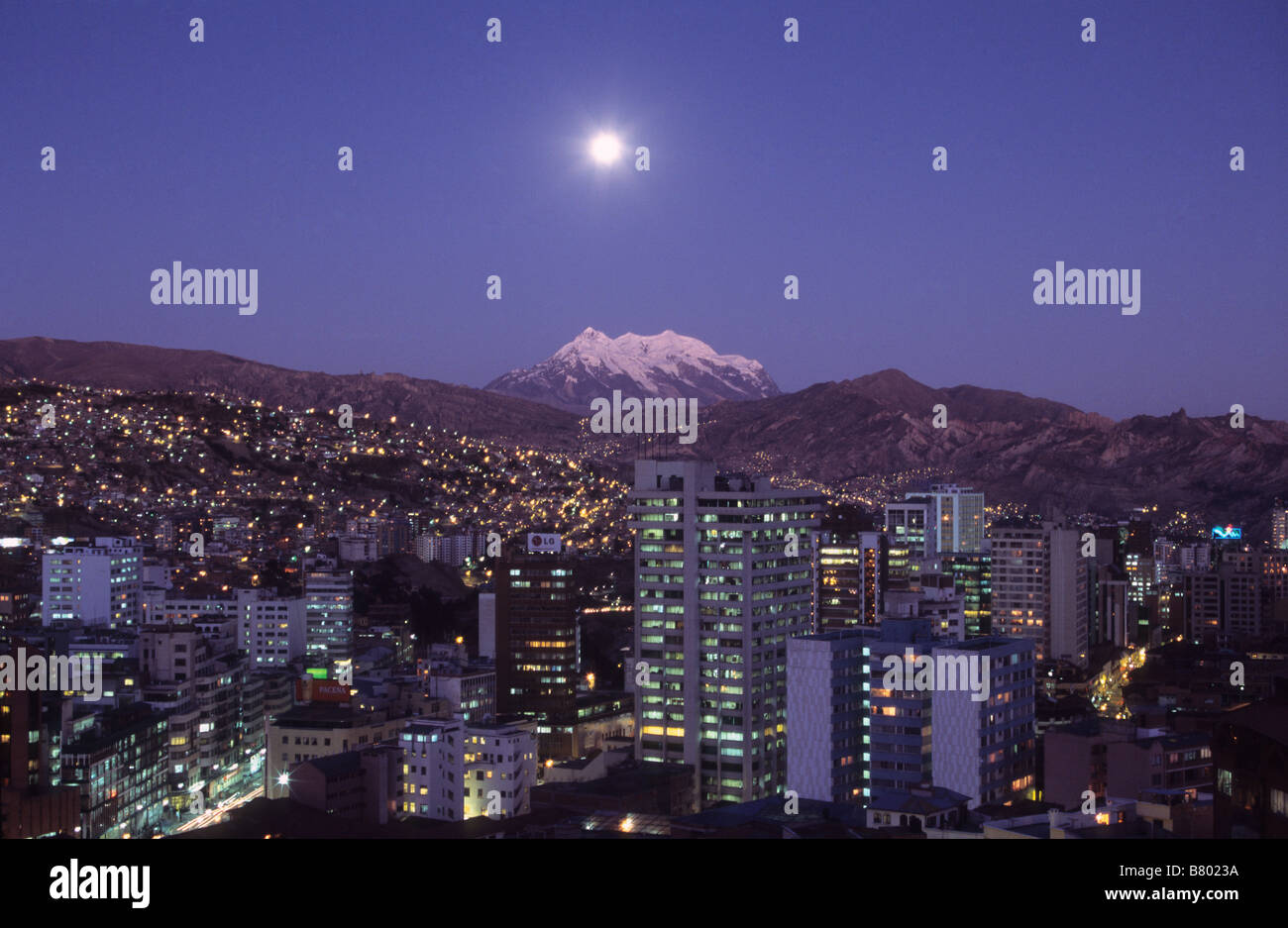 Full moon rise over Mt Illimani and central La Paz, Bolivia - Stock Image