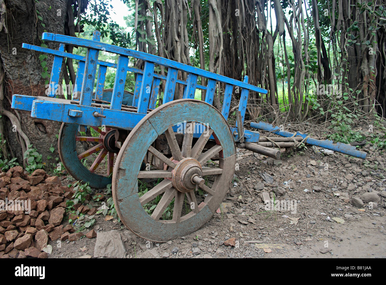 Bullock cart without bulls parked at the side of the Sinhgad road, Maharashtra, India. - Stock Image