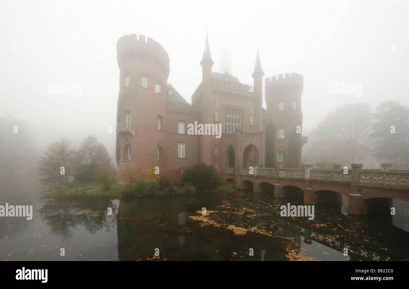 Moyland, Schloßpark, Schloss im Nebel von Süden - Stock Image