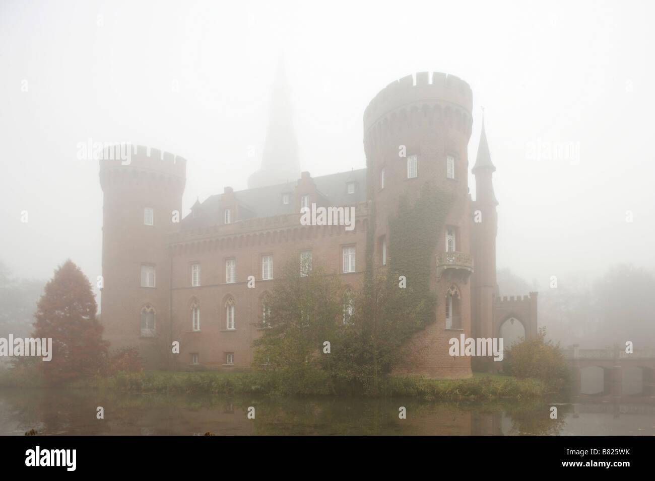 Moyland, Schloßpark, Schloss im Nebel von Südwesten - Stock Image