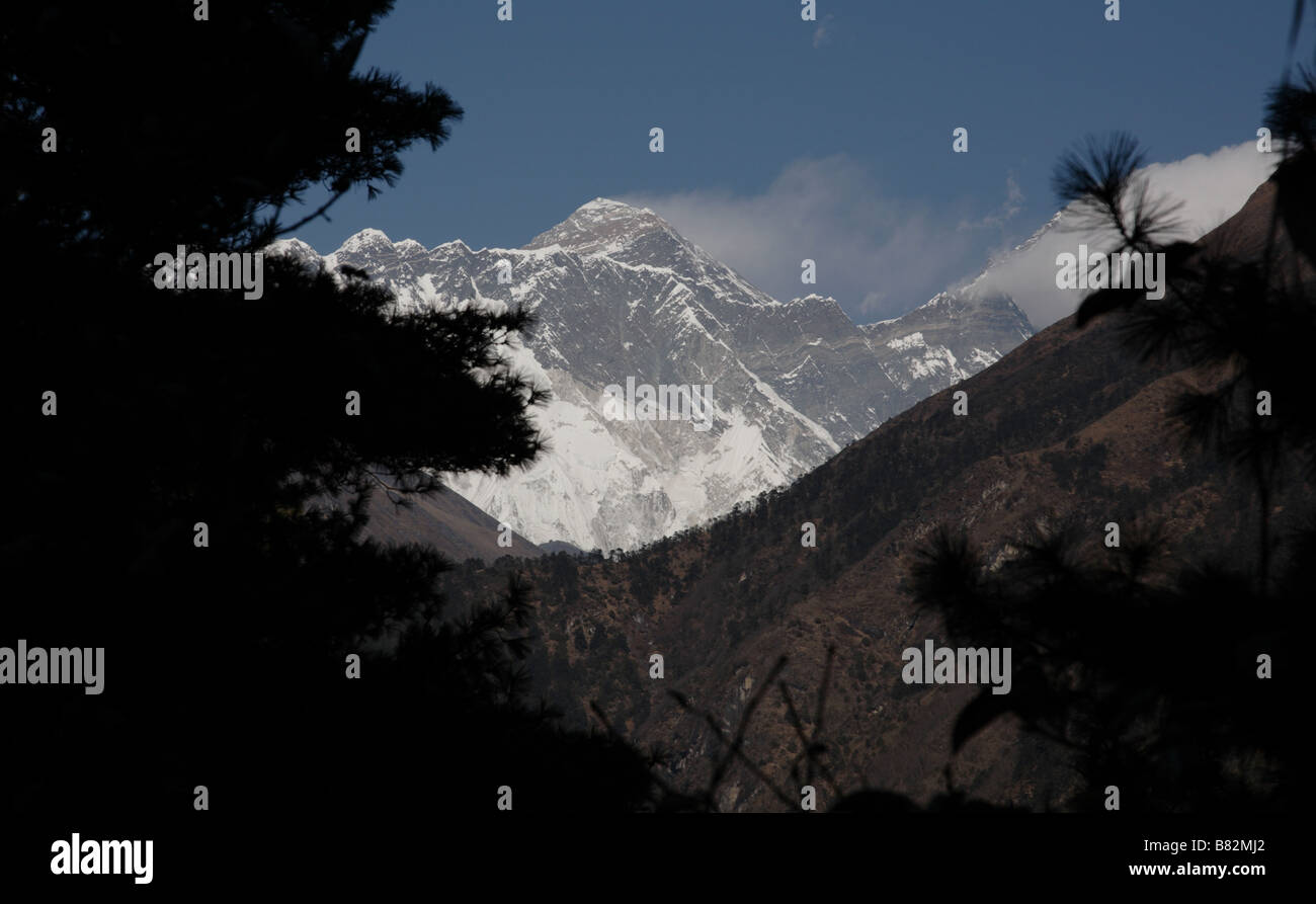 View of Mount Everest on trail to Namche Bazaar - Stock Image