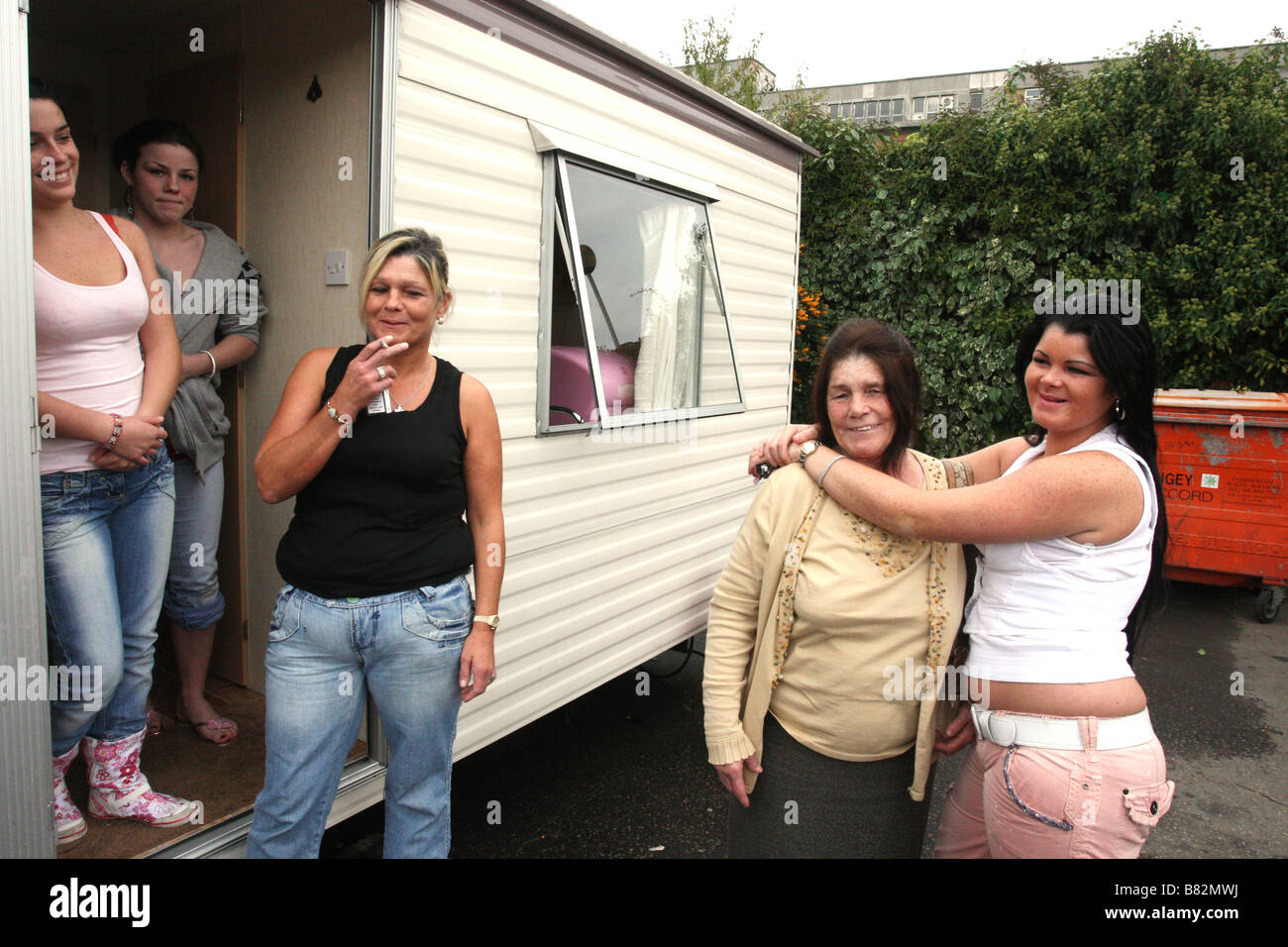 Women on a travellers site in London pause for a smoke and a chat - Stock Image