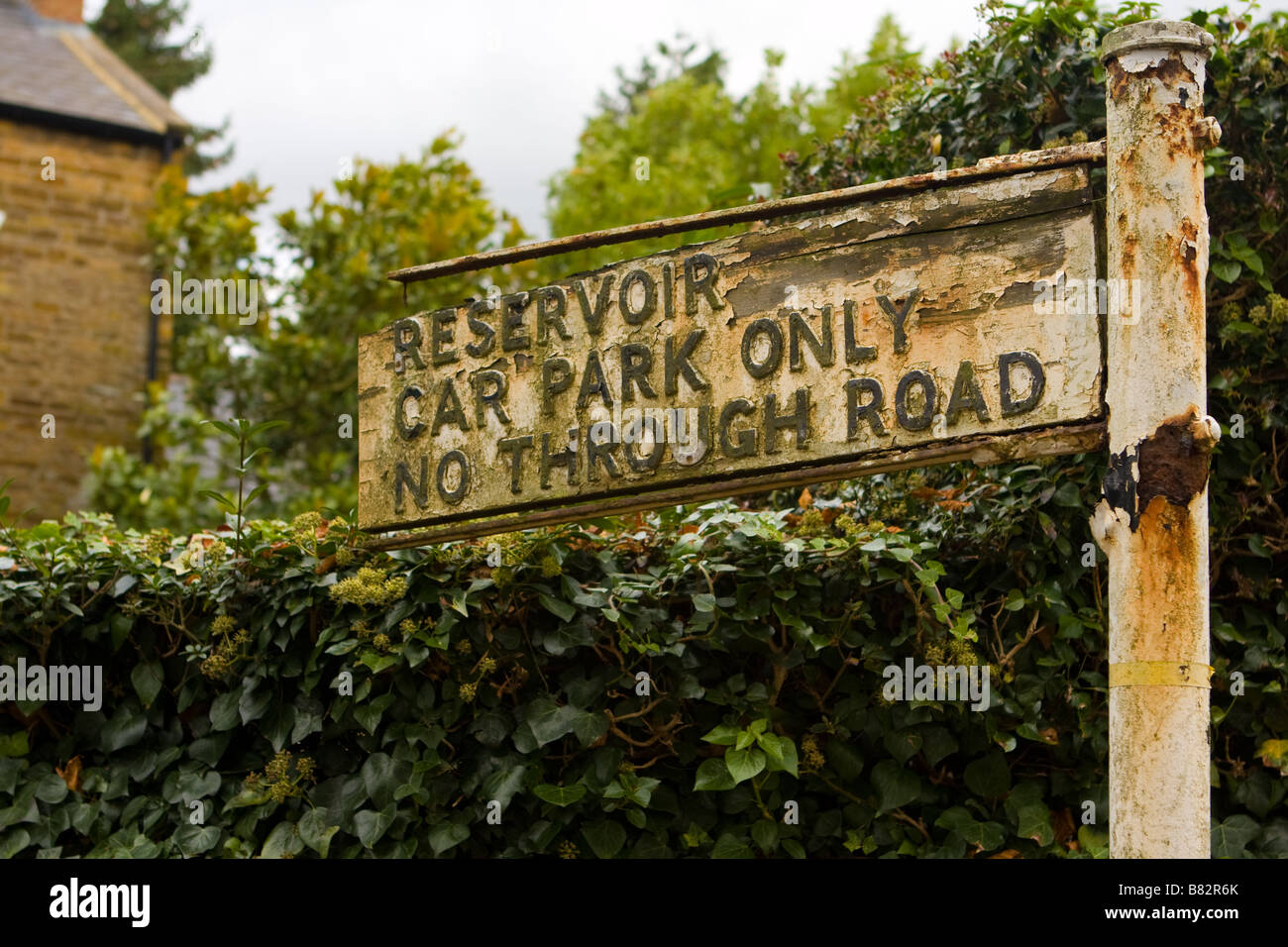 Decrepit road sign to Pitsford Reservoir, Northampton - Stock Image