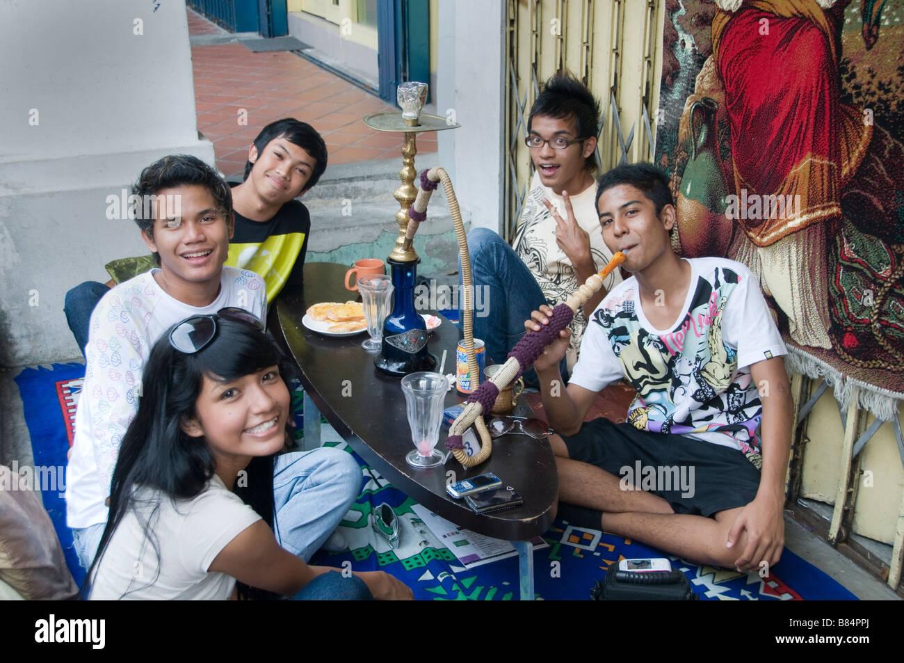 Teenager Arab Quarter Singapore Kampong Glam Smoking water pipe - Stock Image