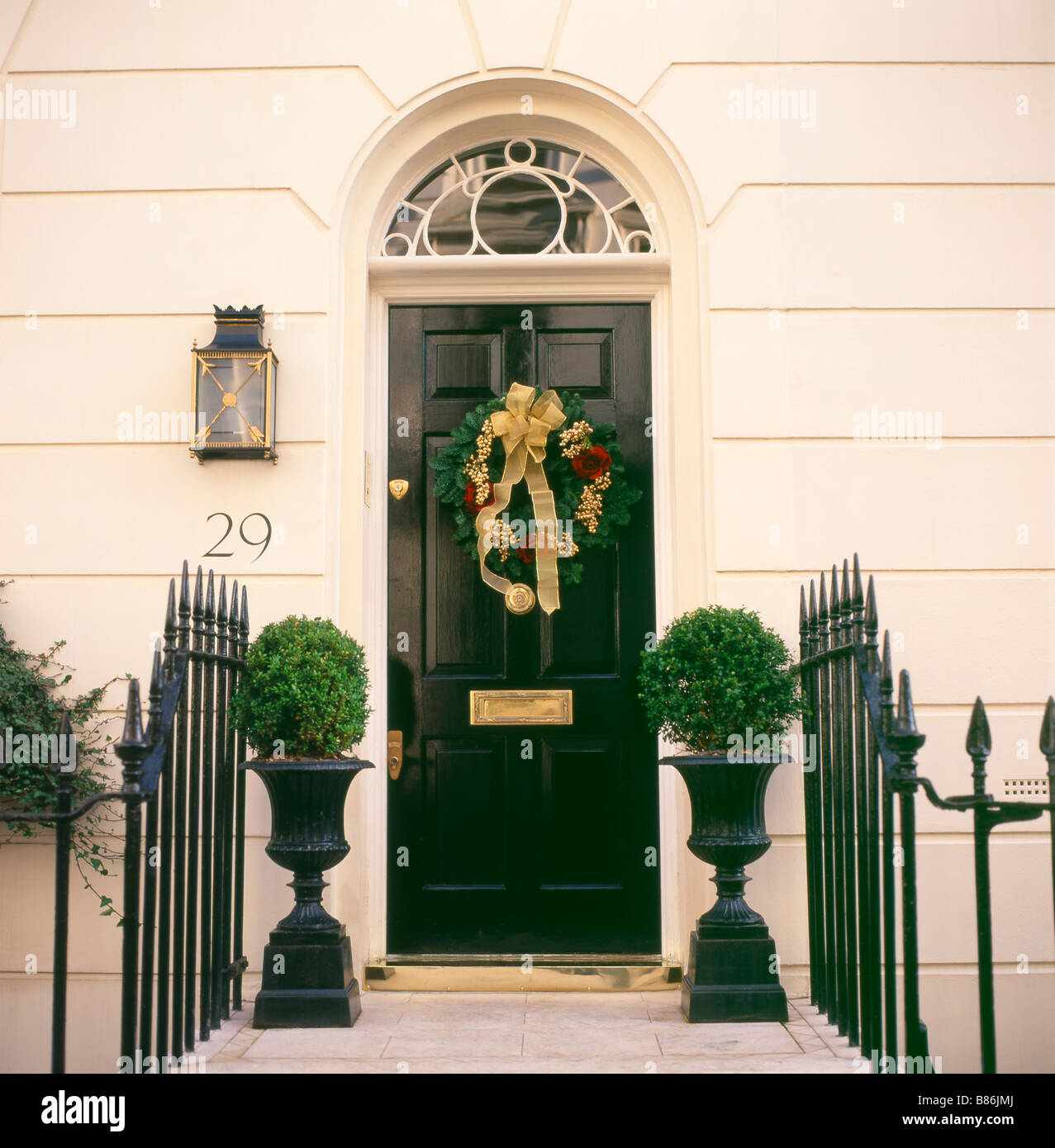 Beau A Christmas Wreath Hanging On The Front Door Of A House In Belgravia London  England UK KATHY DEWITT