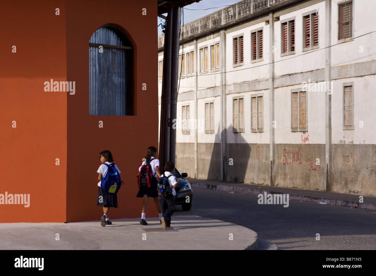 Schoolchildren walking home on Calle La Calzada in Granada, Nicaragua. - Stock Image