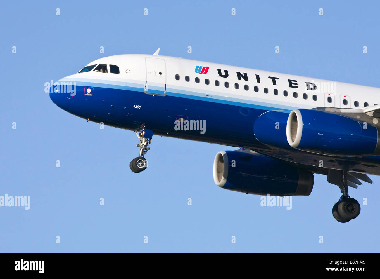 An Airbus A320 of United Airlines on finals - Stock Image