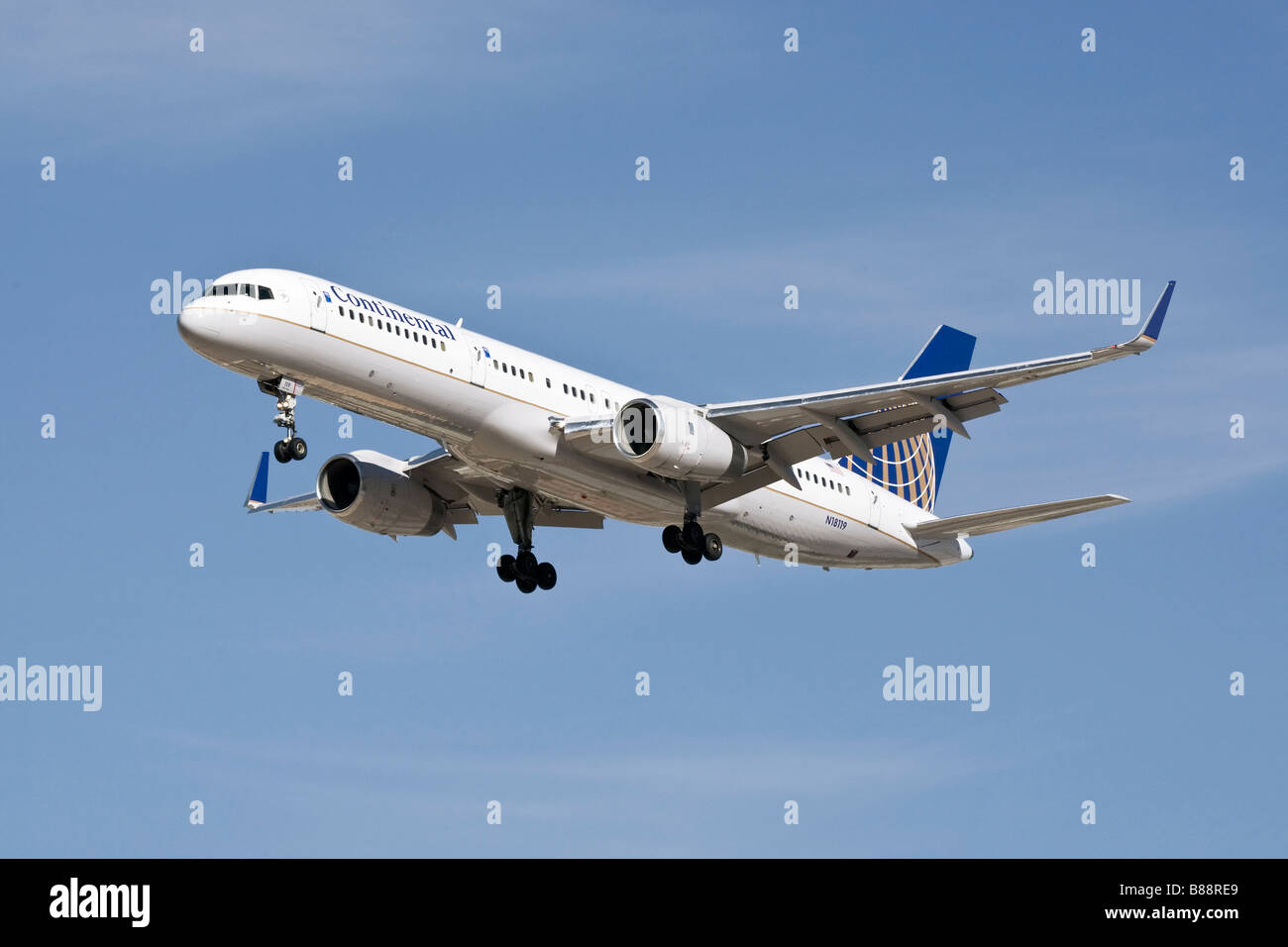 Boeing B757 of Continental Airlines on finals - Stock Image