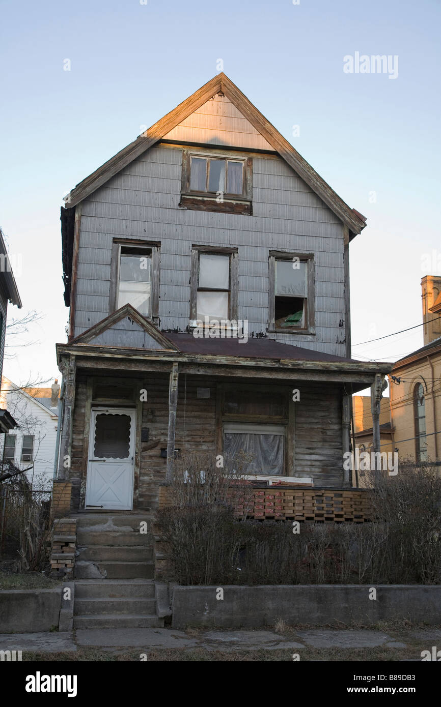 Unoccupied house in poor run down neighbourhood in Pittsburgh - Stock Image