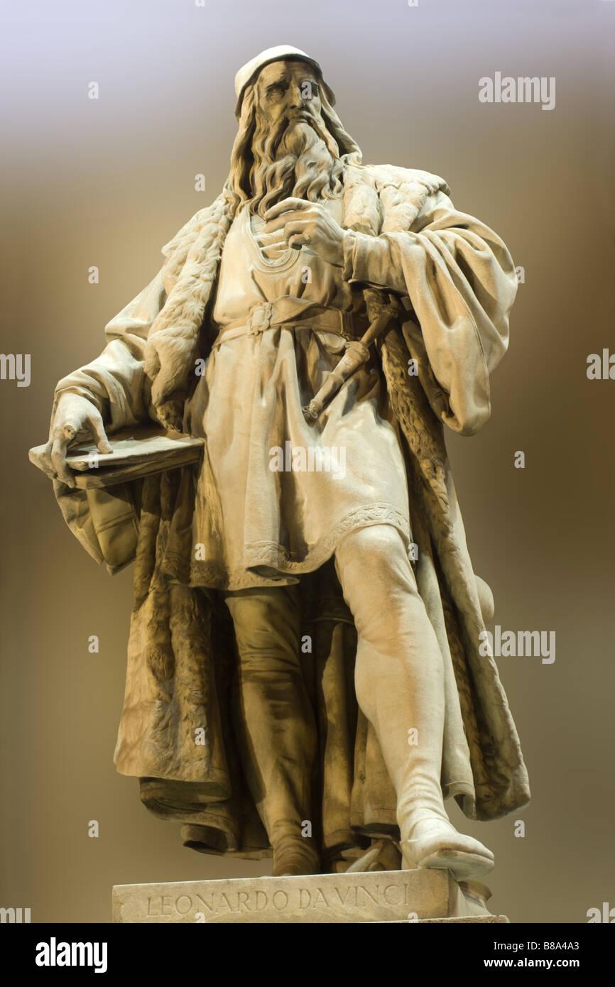leonardo da vinci statue in Vienna - facade of museum of art Stock Photo