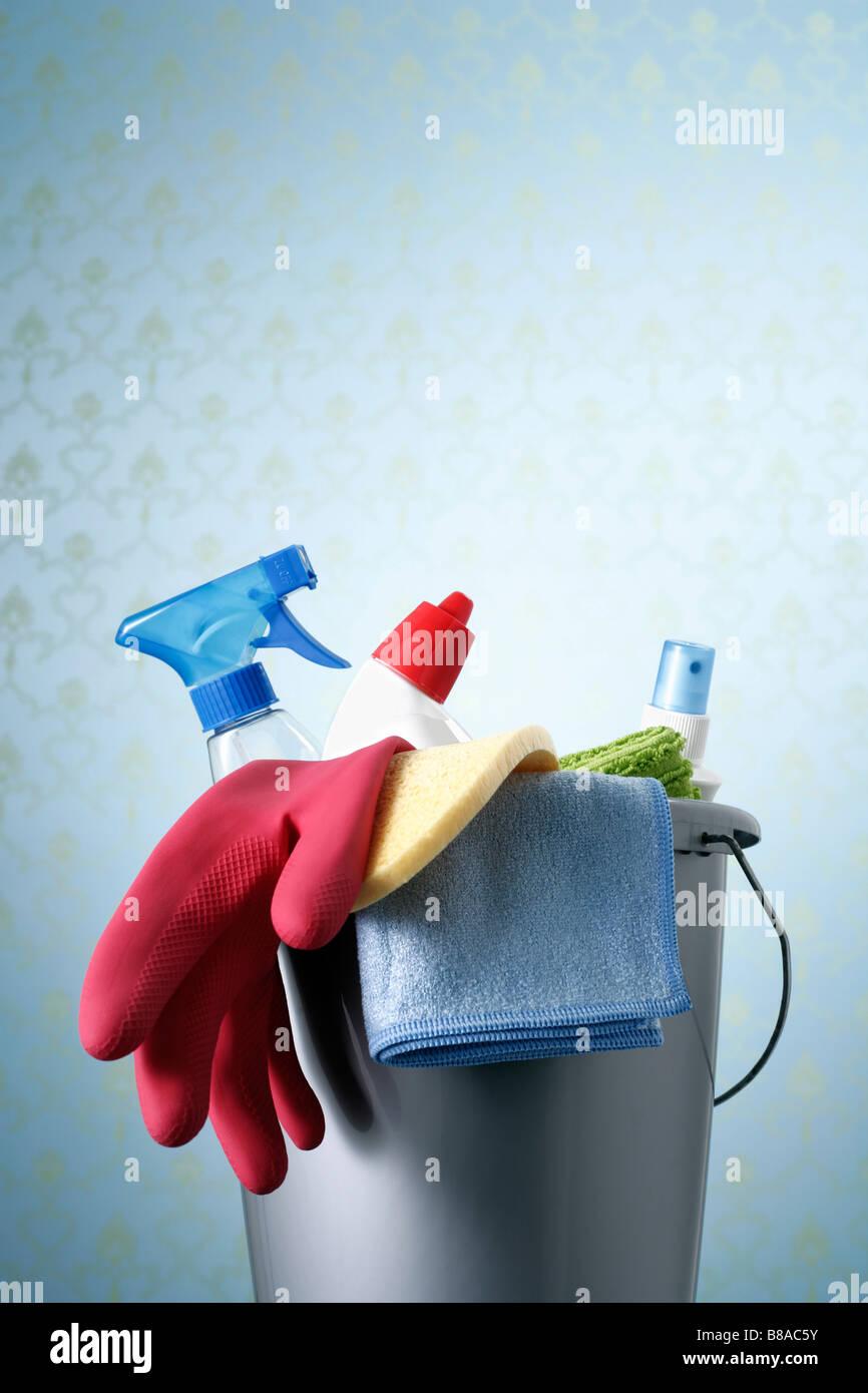 Eimer mit Reinigungsmittel vor Seidentapete Stock Photo
