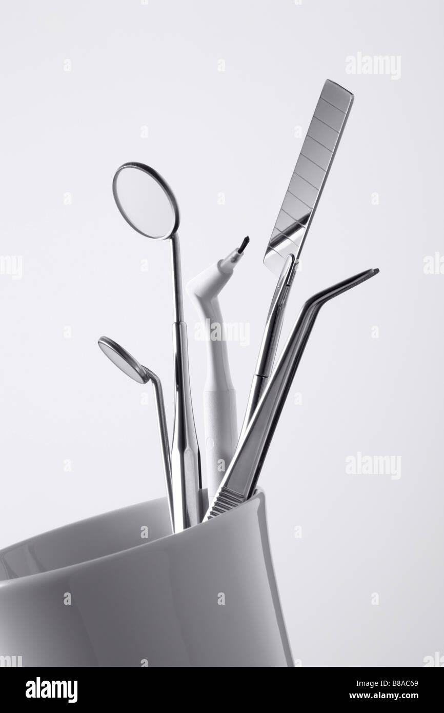 Zahnputzbecher mit Behandlungsbesteck Stock Photo