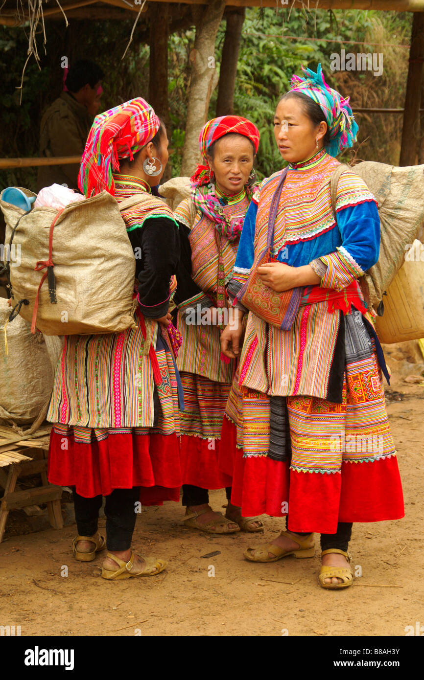 Flower Hmong women in traditional dress at Coc Ly weekly market, Sapa, Vietnam - Stock Image