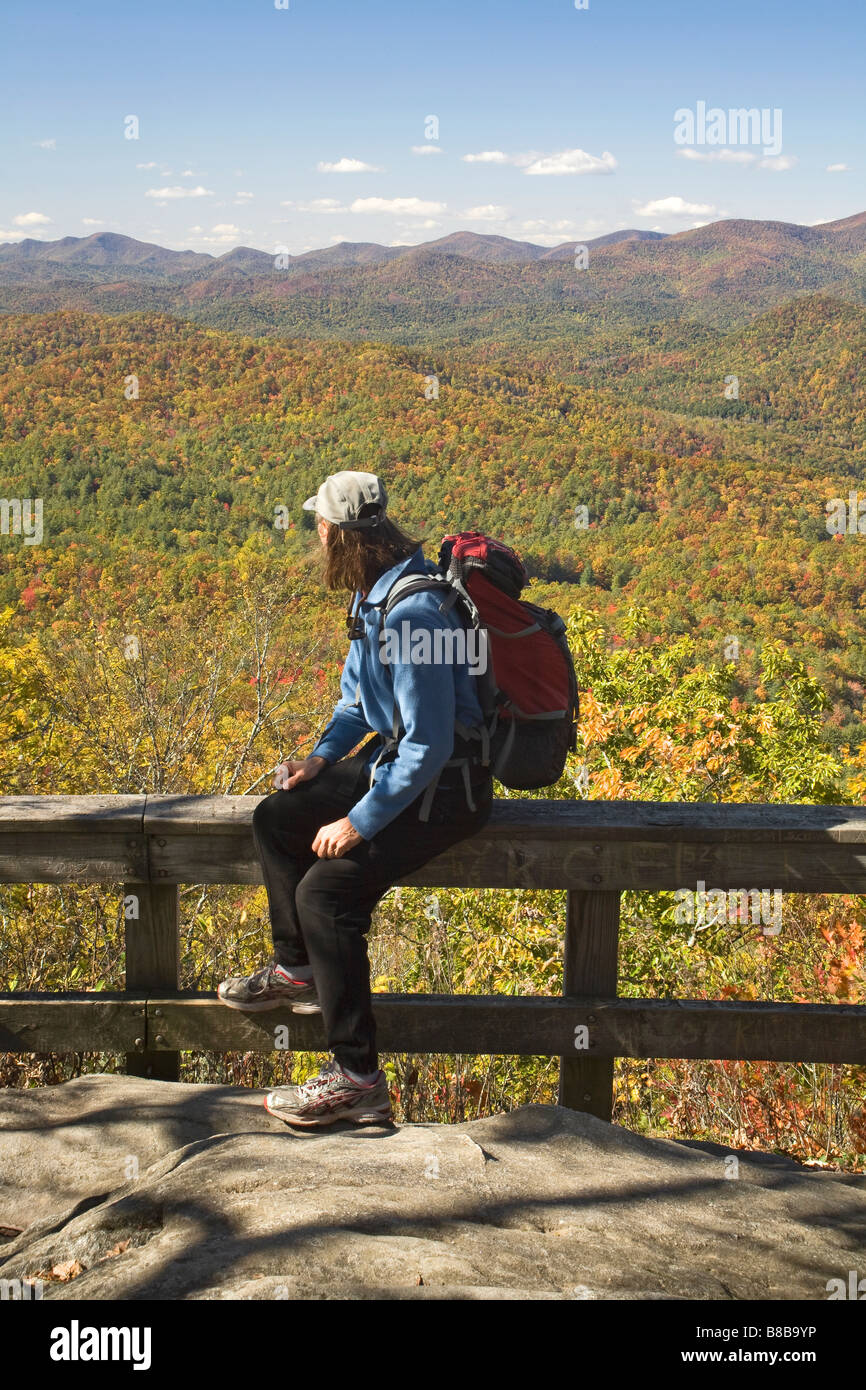 GEORGIA - Hiker enjoying the view from the Tennessee Rock Trail in Black Rock Mountain State Park. - Stock Image